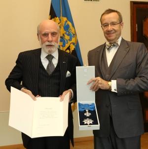 Eesti riigipea andis interneti ühele loojale Vinton Gray Cerfile üle Maarjamaa Risti teenetemärgi