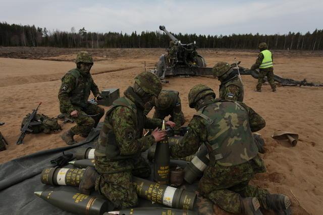 Fotod: Suurtükiväelased tulistavad korraga 24 haubitsast