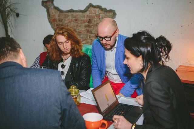 žürii langetab otsust, pildil laulja Karl Mihkel Salong, KIKi juhatuse liige Lauri Tammiste ja Negavati projektijuht Jaanika Kuklase