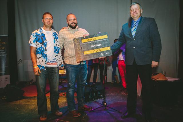 """Võistkond """"Jõusaal"""" sai 3. koha ja 10 000 eurot, et tuua TÜ spordihoonesse elektrit tootvad trenažöörid.  Pildil: meeskonna liikmed Märt Roosaare ja Toomas Vellet ja keskkonnaminister Marko Pomerants"""
