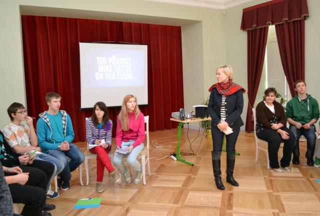 Kommunikatsiooninõustaja Kristi Liiva Koigi Põhikoolis tunniga teemal Miks Eestis on hea elada - märts 2012