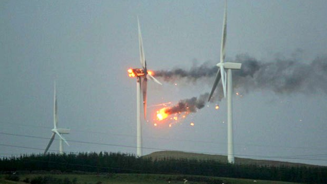 Tormituuled süütasid tuuliku põlema