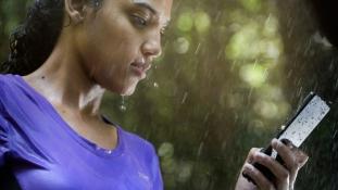 Ekspert hoiatab: vihma käes ei tohi mobiiltelefoniga rääkida